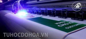 vận hành máy in UV